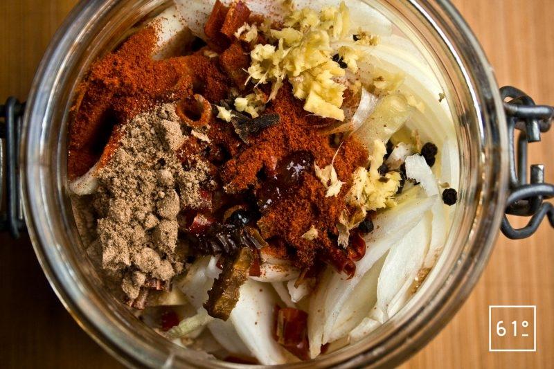 rassembler les ingrédients pour l'Achaar d'oignon