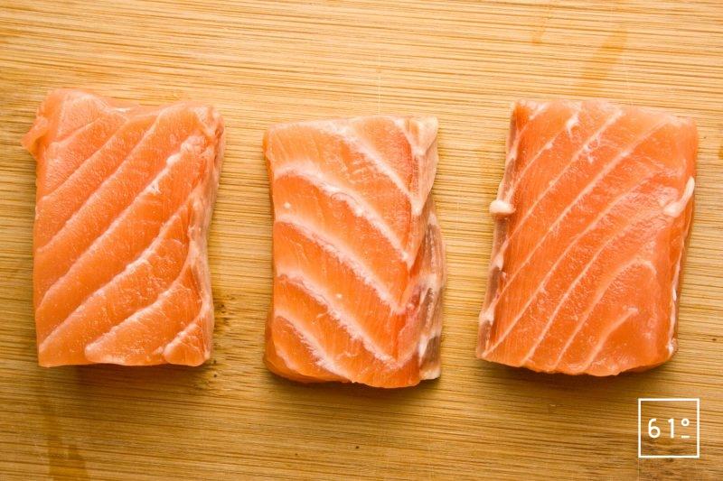 Pavés de saumon découpés en rectangles