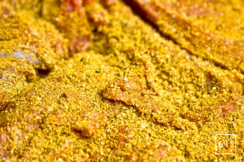 Détail des épices recouvrant la viande