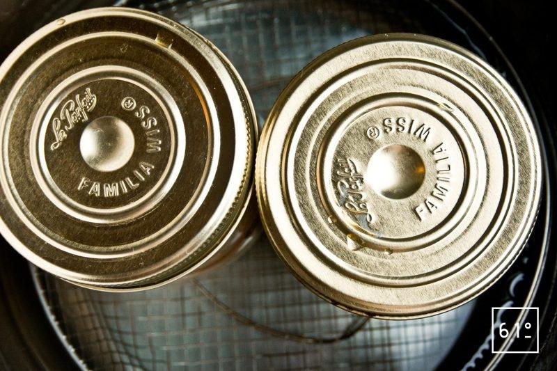 Les pots dans la cocotte minute avant la cuisson
