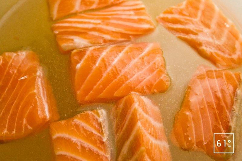Morceaux de saumon dans la saumure