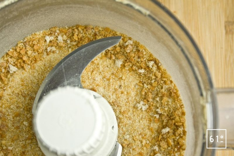Mixer le pain jusqu'à obtenir une chapelure