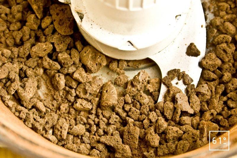 Mixer les bâtonnets de meringue au cacao