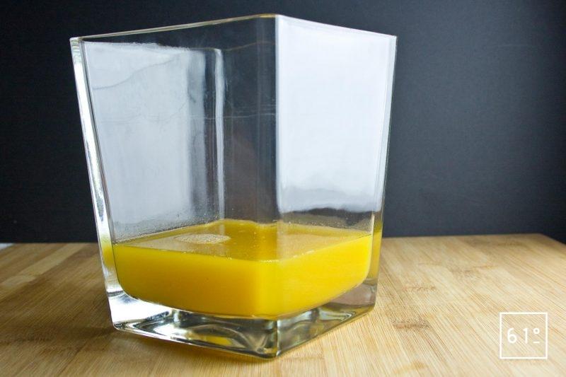 Mélange des différents ingrédients pour l'air de mangue glacé