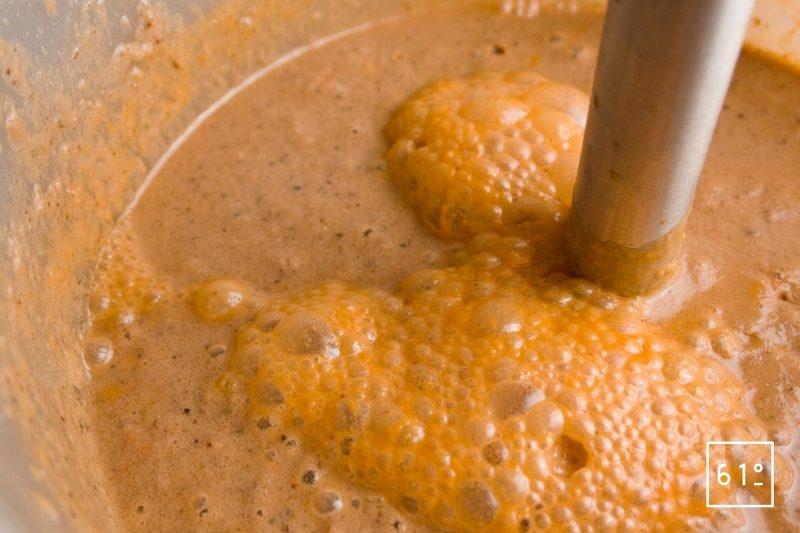Mixer les ingrédients de la salade grecque au bras plongeur