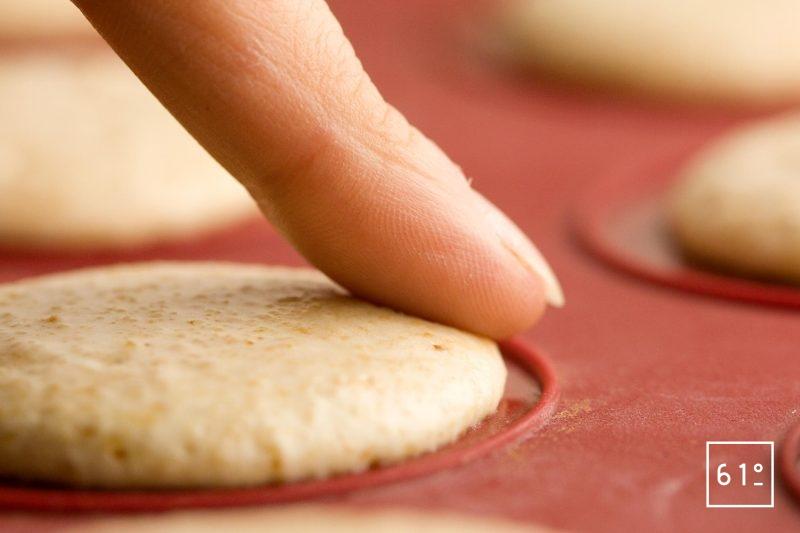 Tester la pâte à cookies avec votre doigt