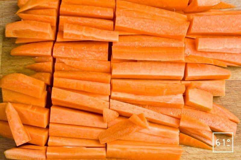 Découper les carottes en bâtonnets