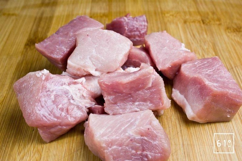 Couper la viande de porc en cubes de 3 - 4 cm