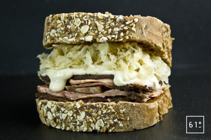 Sandwich Reuben à la langue de bœuf avant cuisson