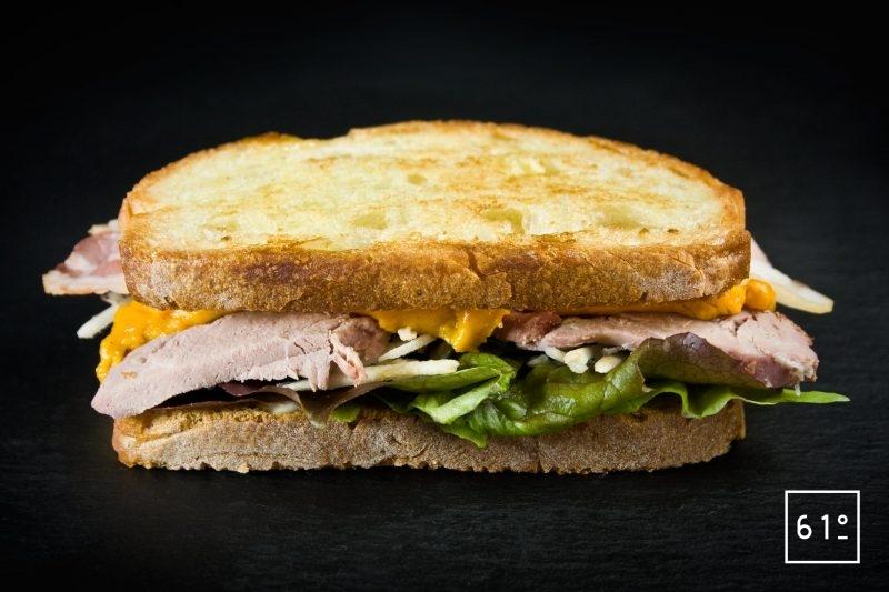 Sandwich à l'agneau et à la sauce nacho cheddar