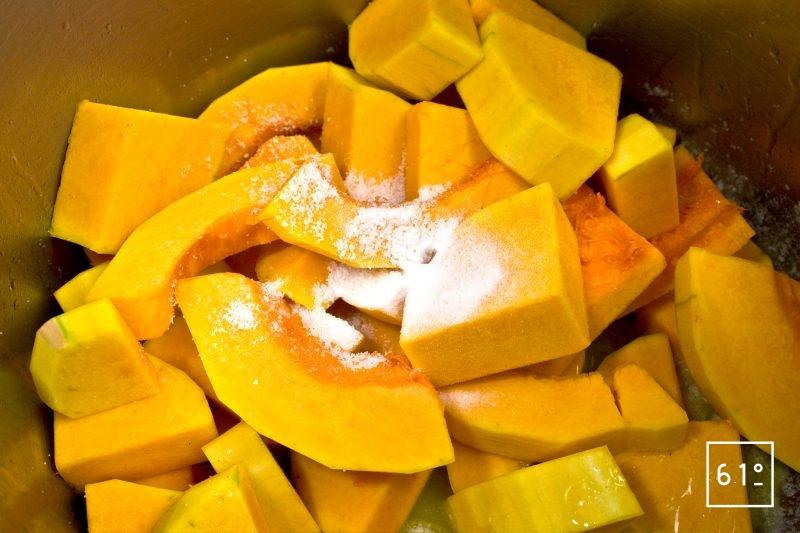 Ajouter le bicarbonate de sodium sur les morceaux de butternut