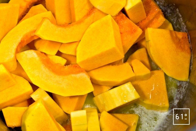 Ajouter à cuire les morceaux de butternut dans le beurre