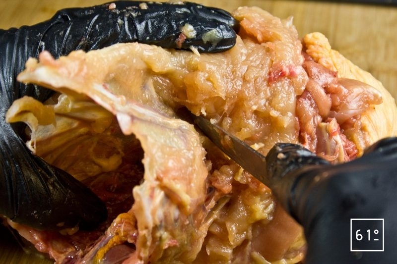 Maintenir le couteau contre la carcasse