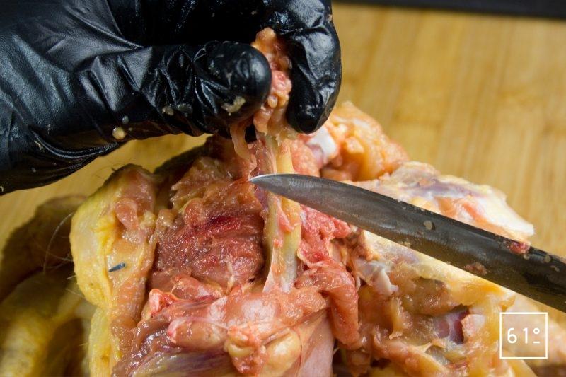 Séparer la chair de l'os avec le dos du couteau