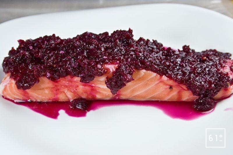 Recouvrir le saumon de purée de betterave