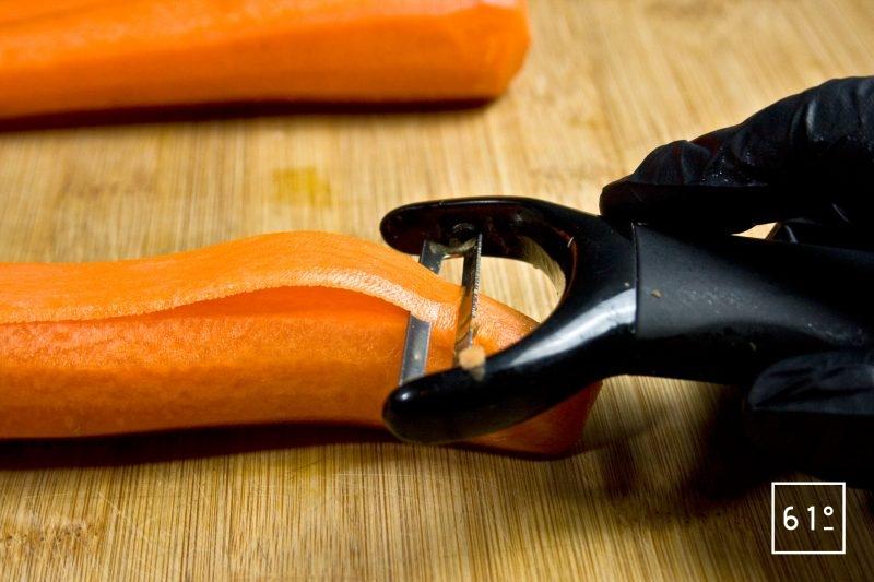 Faire des bandes de carotte à l'aide d'un économe
