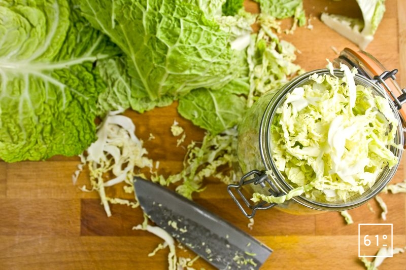 Remplir les bocaux de choux vert haché