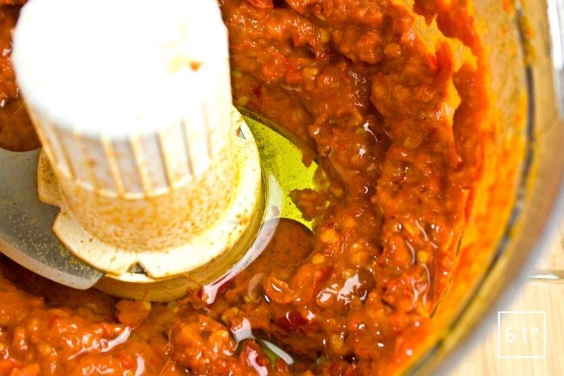 Ajouter l'huile et continuer de mixer la purée de piment