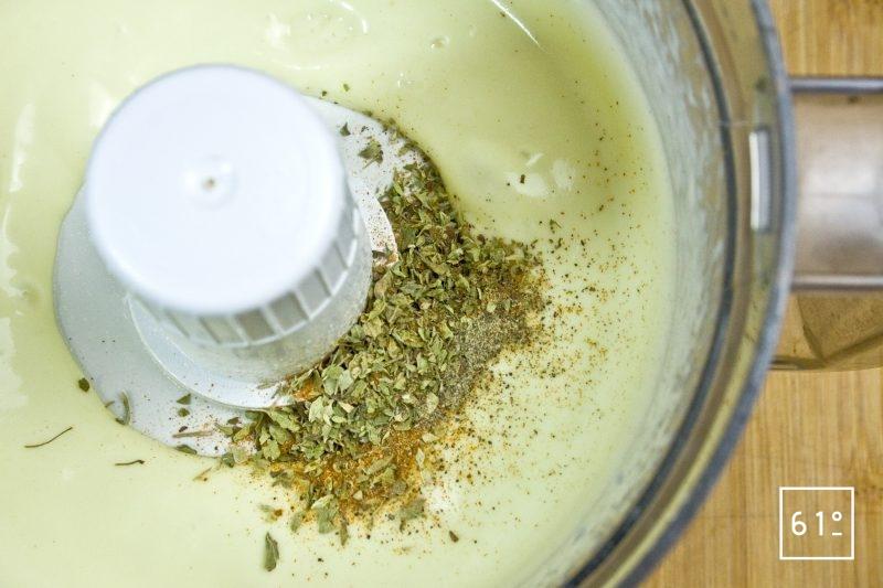 Ajouter les épices à la mayonnaise
