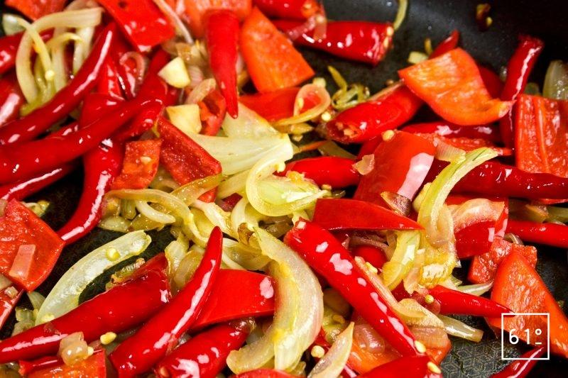 Cuire les piments et le poivron avec les oignons, les échalotes et l'ail