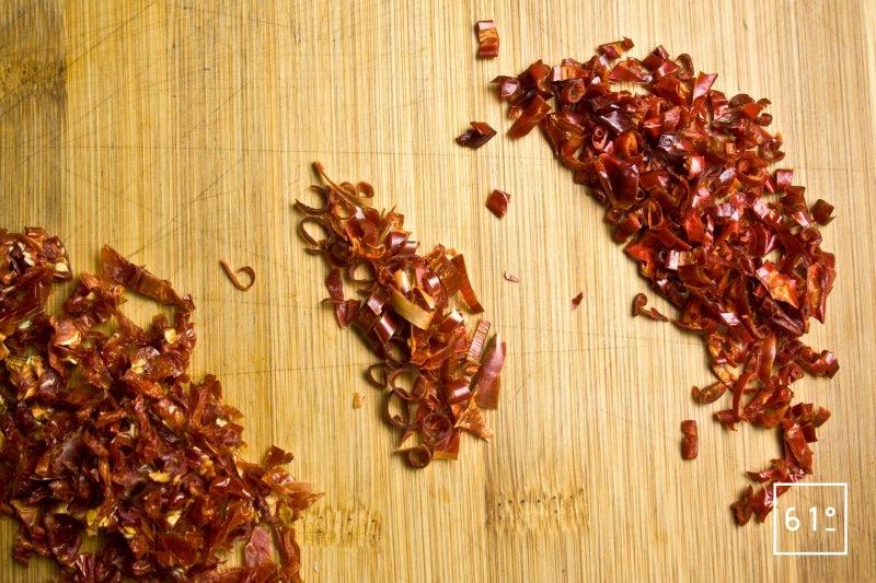 Couper les piments, les tomates et les poivrons en morceaux
