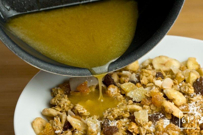 ajouter le mélange de beurre fondu, sucre, miel, sel au mélange de céréales et de fruits secs