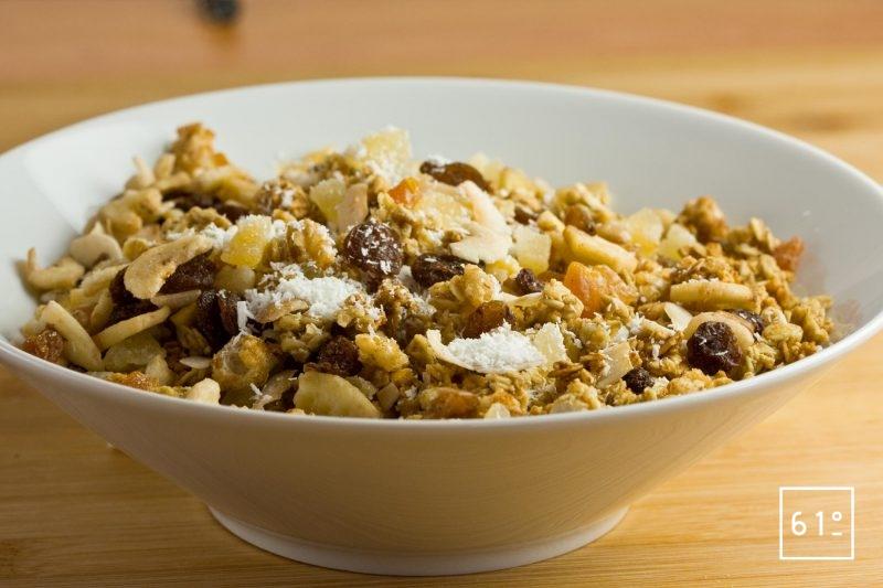 Mélanger les fruits secs et le mélange de céréales