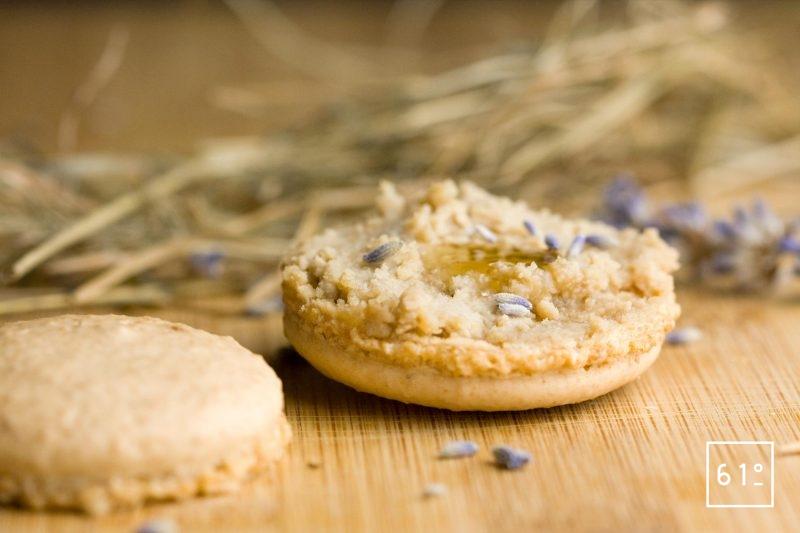 Macaron de mousse de foie ouvert en deux