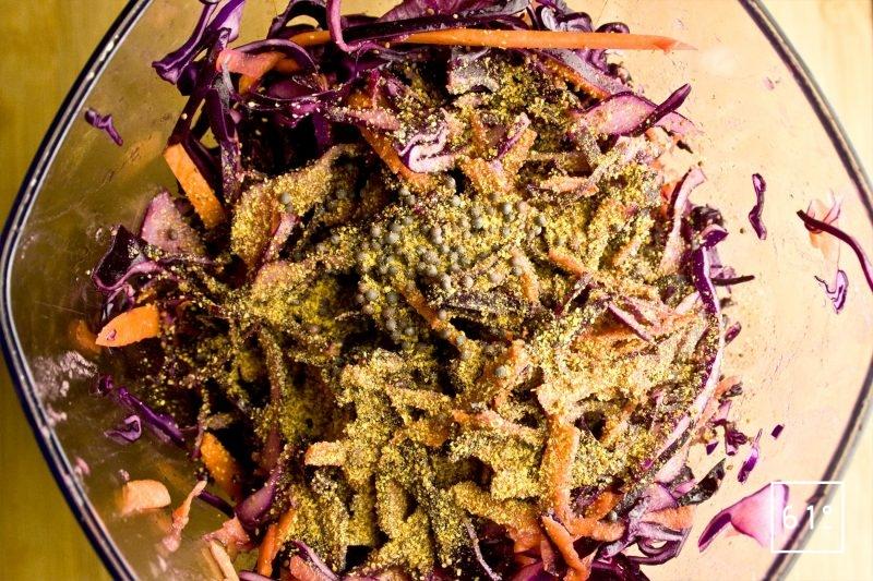 Mettre le chou et les carottes sous vide