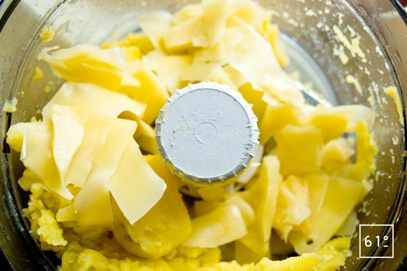 Mixer les pommes de terre, les fromages, l'huile de noix et le poivre noir moulu