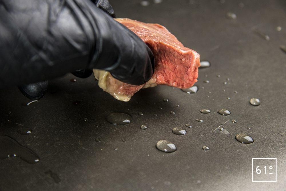 Saisir une viande cuite sous vide avec une poêle