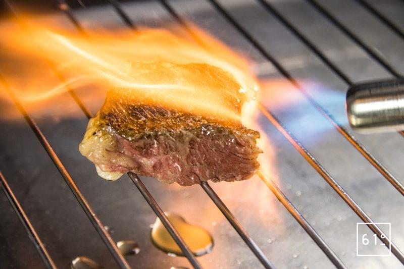 Saisir une viande cuite sous vide avec un chalumeau