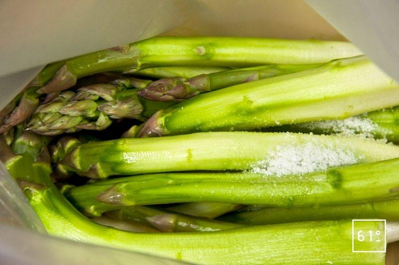 Ajouter l'huile, l'eau et le sel aux asperges