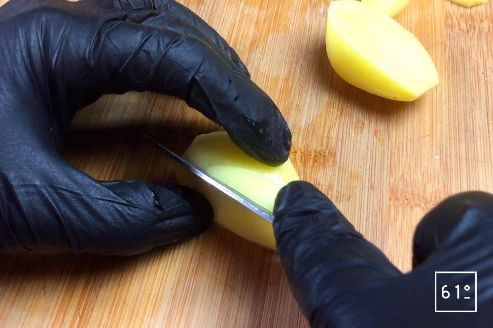 Découper le morceaux de pomme de terre à 135 °