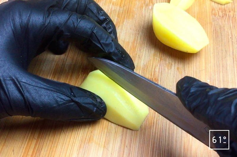 Découper le morceaux de pomme de terre à 90 °