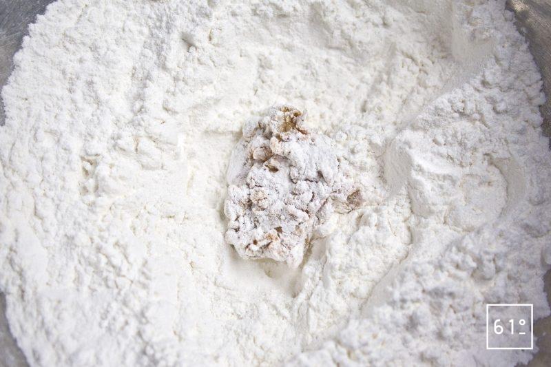 Englober les morceaux de viande avec le mélange de farine et de fécules