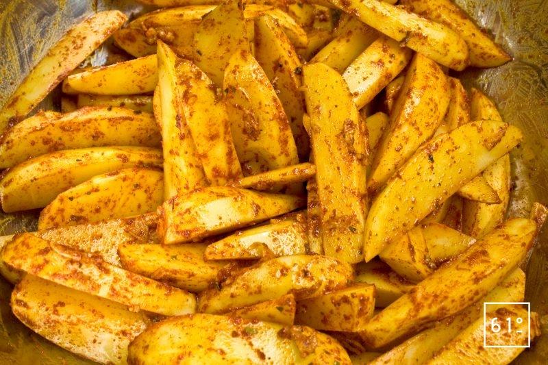 Mélanger les potatoes et les épices