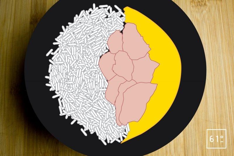 Ajouter le riz basmati cuit et séché dans l'assiette contenant la sauce curry et les morceaux d'agneau