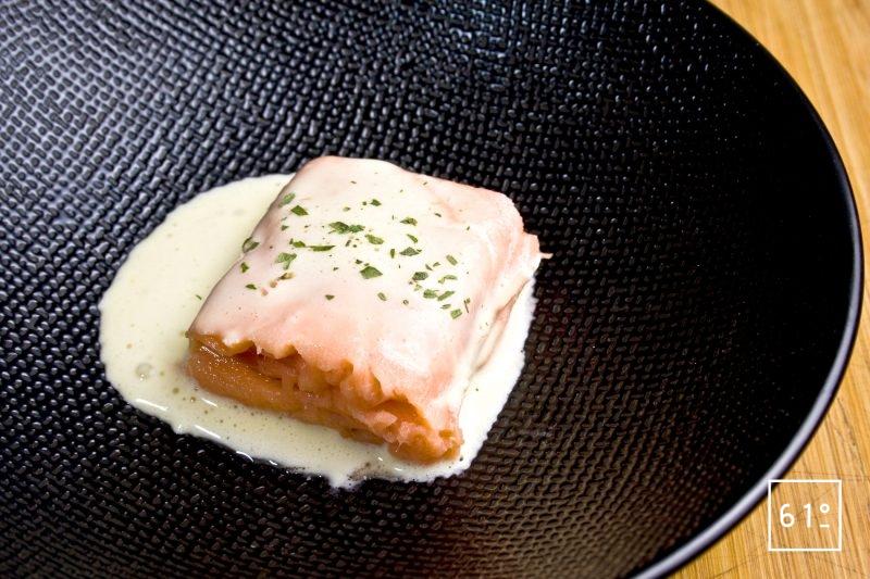 Morceau de pavé de saumon préparé sous vide avec une sauce hollandaise