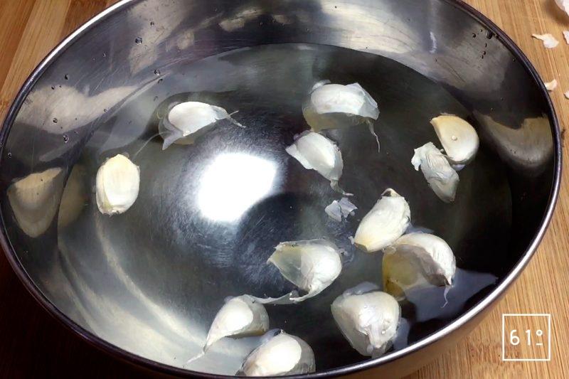 Faire tremper les gousses d'ail dans de l'eau pendant 10 minutes