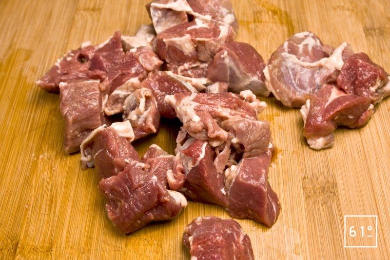 Couper la viande d'agneau en morceaux