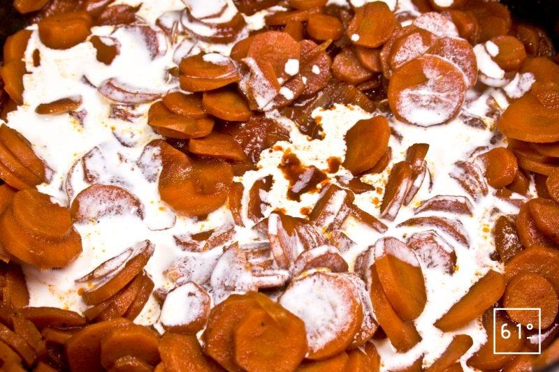 Ajouter la crème liquide aux carottes
