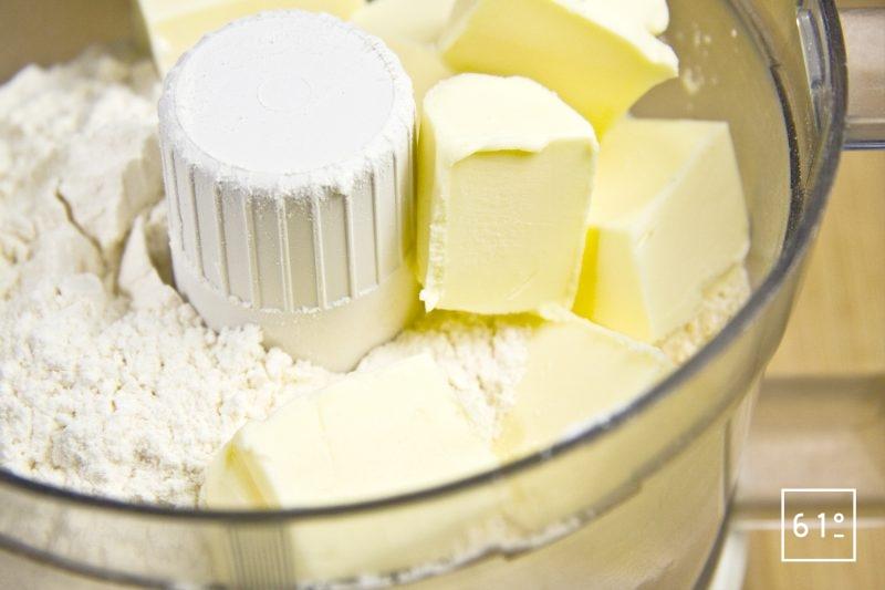 Ajouter le beurre au mélange de farine pour la pâte sablée