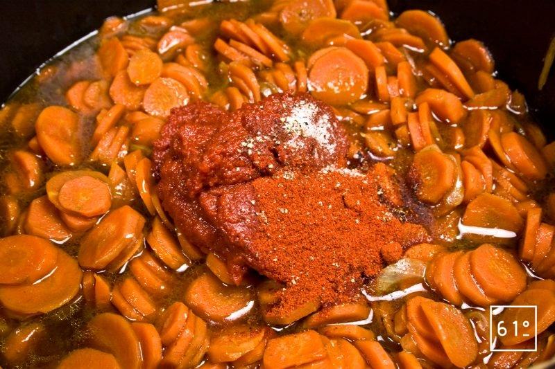 Ajouter les épices aux carottes