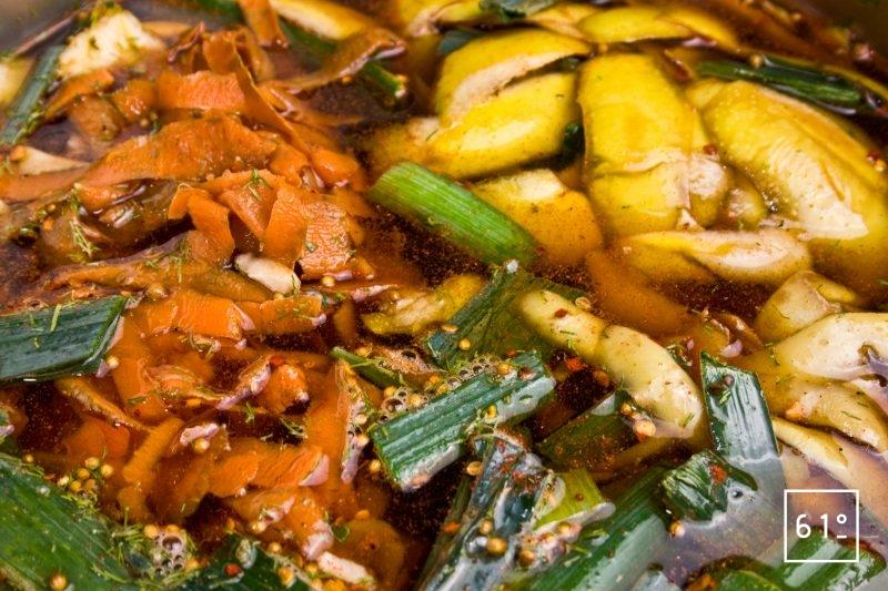Rassembler les différents ingrédients pour le bouillon de peaux de légumes