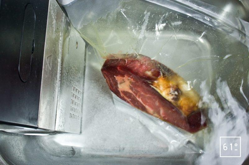 Cuire sous vide la côte de bœuf maturée à 55 °C