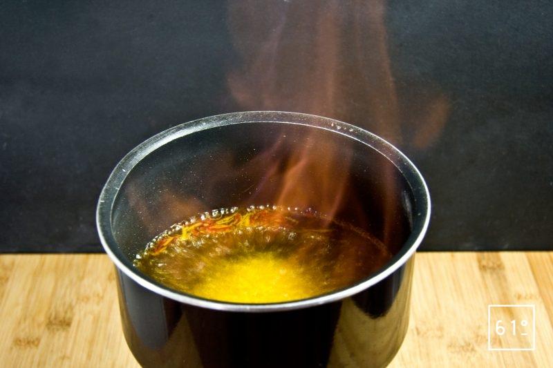 Faire chauffer le mélange de jurançon et de safran et enflammer