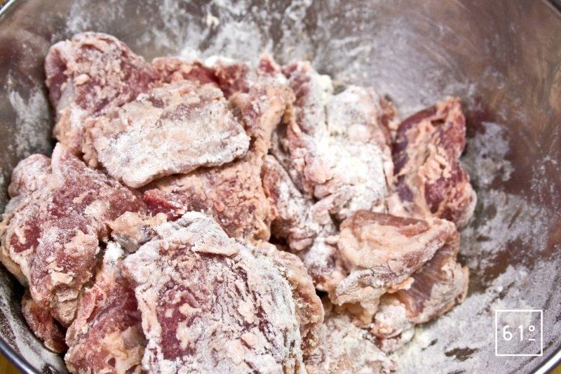 Fariner la viande d'agneau