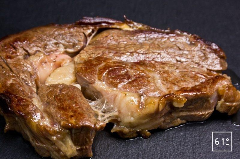 Griller au chalumeau la côte de bœuf maturée
