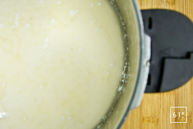 Laisser la présure agir et cailler le lait à une température de 38 °C
